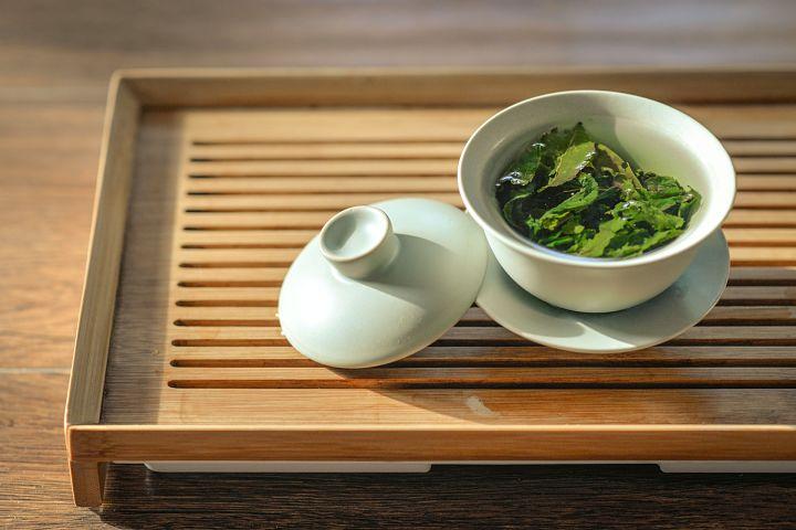 Zelený čaj na černé tečky